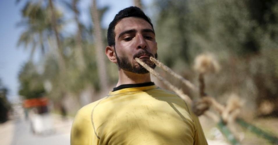 7.mar.2016 - Mohammad Baraka usa os dentes para puxar um caminhão-tanque cheio. Ele é considerado o homem mais forte da Faixa de Gaza