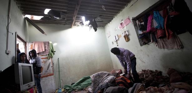 12.mar.2016 - Palestino inspeciona quarto da casa da família Khussa, danificado após ataque israelense