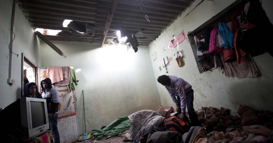 12.mar.2016 - Palestino inspeciona quarto da casa da família Khussa, danificado após ataque israelense sobre Beit Lahiya, no norte da Faixa de Gaza. Os aviões israelenses que visavam bases do Hamas mataram uma criança de seis anos, e feriram sua irmã de 12, disse o porta-voz Ashraf al-Qudra. Militares israelenses dizem que a ação é uma resposta a disparos de foguetes contra Israel