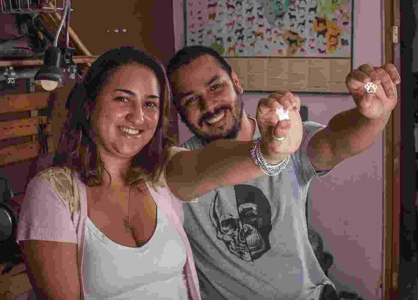 Lívia Andrade e Higor Ferreira são sócios na empresa Zoojóias, que faz pingentes, brincos e anéis de animais - Divulgação