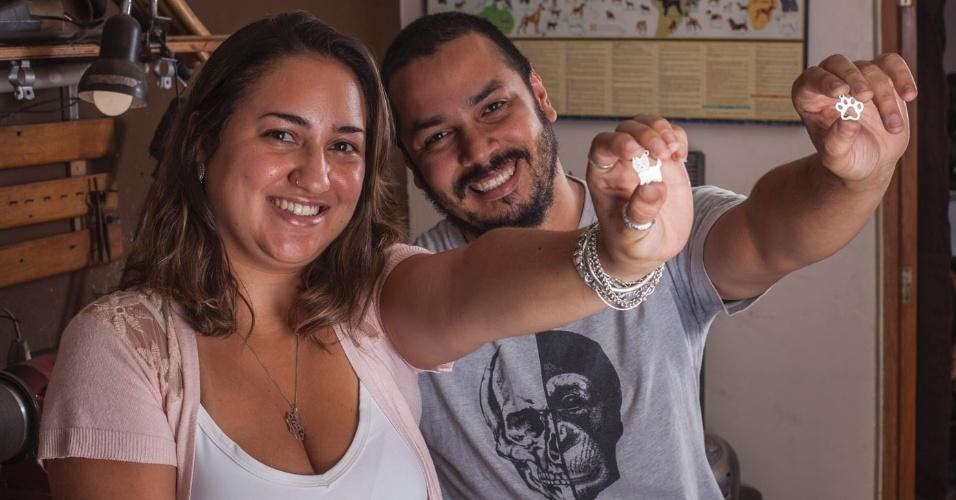 Lívia Andrade e Higor Ferreira são sócios na empresa Zoojóias, que faz pingentes, brincos e anéis de animais