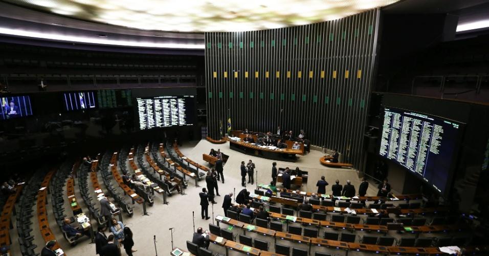 15.abr.2016 - Se o plenário estava cheio pela manhã, após cinco horas de debate, às 14h desta sexta (15), os deputados já discursavam para um ambiente esvaziado, fosse na defesa do impeachment ou do governo Dilma Rousseff. Previsão é de que a discussão avance até a madrugada do sábado (16). Cada um dos 25 partidos tem direito a uma hora de fala, que pode ser dividida por até cinco deputados