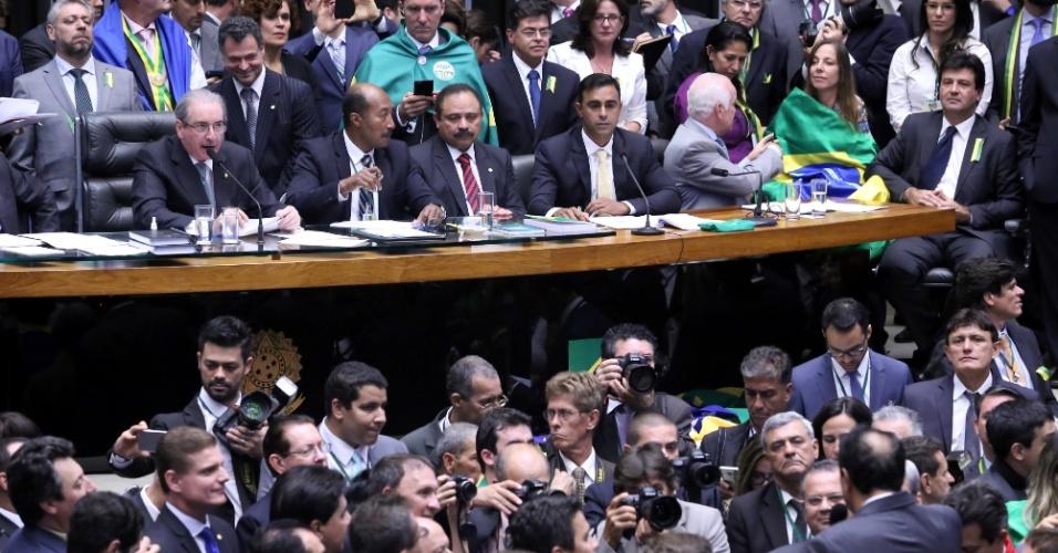 17.abr.2016 - Eduardo Cunha (PMDB-RJ), presidente da Câmara dos Deputados, comanda sessão que decide se o processo de impeachment da presidente Dilma Rousseff continua ou não