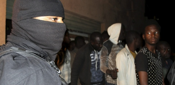 Miliciano participa de ação contra a imigração ilegal em Trípoli, na Líbia