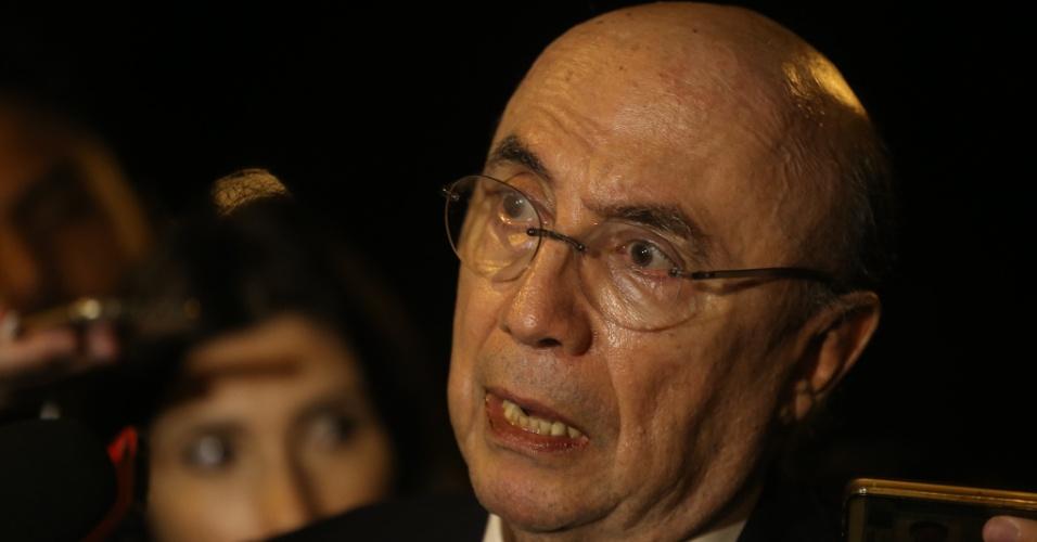 2.mai.2016 - Henrique Meirelles, ex-presidente do Banco Central, dá entrevista ao sair do Palácio do Jaburu, em Brasília, após reunião com políticos