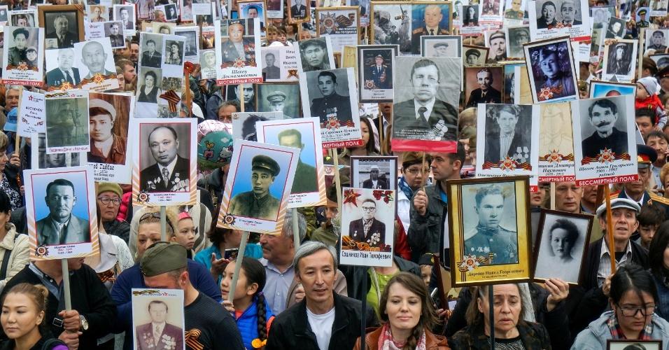 9.mai.2016 - Parentes exibem cartazes com fotos de pessoas desaparecidas durante a Segunda Guerra Mundial, durante manifestação em Almaty, no Cazaquistão, que celebra o Dia da Vitória Soviética. A data marca a capitulação da Alemanha Nazista para a União Soviética no conflito