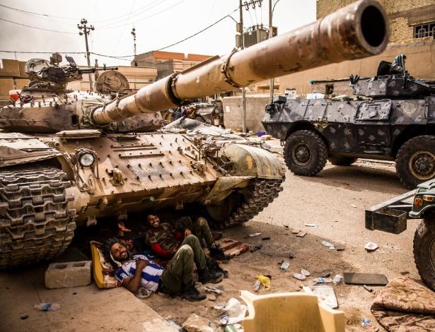 Funcionários de tanque do governo iraquiano descansam entre operações no distrito de Nazal, em Fallujah (Iraque)