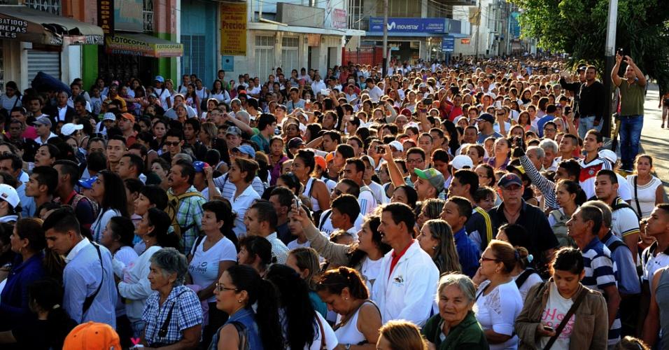 10.jul.2016 - Um grupo de centenas de venezuelanos cruzou neste domingo a fronteira com a Colômbia, aberta durante 12 horas pelo governo da Venezuela para que os cidadãos do país possam ir à cidade de Cúcuta para comprar alimentos e remédios