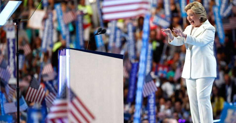 """29.jul.2016 - Hillary Clinton interage com o público depois de discursar nesta quinta-feira (28) na Convenção Nacional Republicana, na Filadélfia. A ex-senadora e ex-secretária de Estado aceitou oficialmente a indicação democrata para a presidência dos Estados Unidos. Durante seu discurso de aceitação, Hillary pregou a união e igualdade no país, a recuperação da economia e criticou por diversas vezes seu rival Donald Trump e sua campanha pelo """"medo"""" e individualismo"""