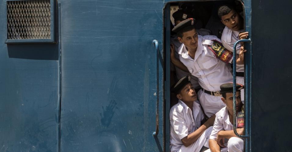 6.ago.2016 - Policiais egípcios observam do lado de fora de um veículo durante a chegada do corpo do ganhar do Prêmio Nobel o químico Ahmed Zewail, no aeroporto do Cairo, no Egito. Zewail foi conselheiro de ciência e tecnologia do presidente dos EUA, Barack Obama. Ele morreu nos Estados Unidos, aos 70 anos