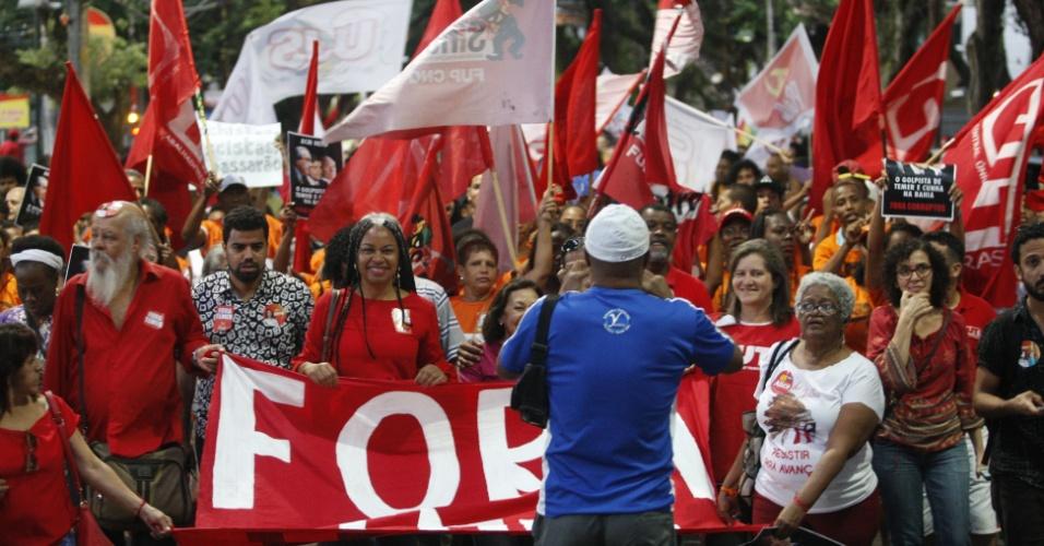 4.set.2016 - Em Salvador, ato contra o atual presidente Michel Temer (PMDB) partiu da praça do Campo Grande, no centro da cidade, e seguiu até o Farol da Barra. Os organizadores estimam em 3 mil pessoas, mas a polícia cita 300 manifestantes