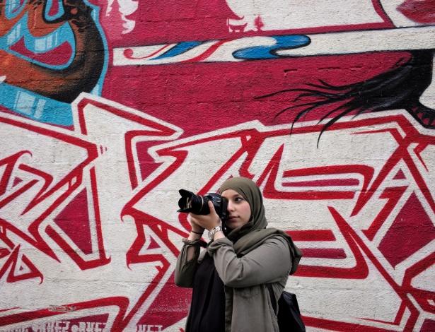 """Nawal Afkir, 25, cujo hobby é fotografar, em Bruxelas, na Bélgica. """"Sou uma assistente social e faço o melhor que posso para lutar por uma sociedade livre e justa. Para mim, usar o véu não significa ser escravizada por um homem, mas me reapropriar do corpo e da feminilidade."""""""
