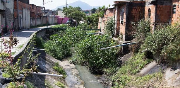 Esgoto é lançado em córrego próximo ao bairro de Santíssimo, na zona oeste do Rio de Janeiro - Fernando Maia/UOL