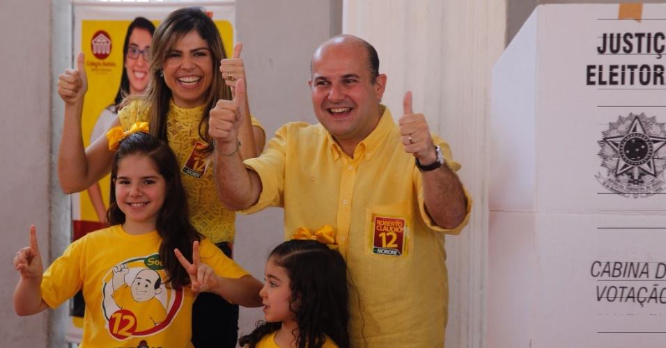 30.out.2016 - O prefeito de Fortaleza e candidato à reeleição, Roberto Cláudio (PDT), vota acompanhado da família no colégio Batista, no bairro Aldeota, na capital cearense