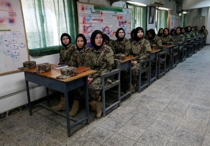 10.nov.2016 - Diferentemente de muitos soldados afegãos, todas as mulheres que se formam na academia são alfabetizadas