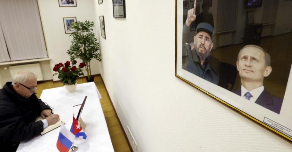 27.nov.2016 - Um homem assina o livro de condolências de Fidel Castro na embaixada de Cuba em Moscou