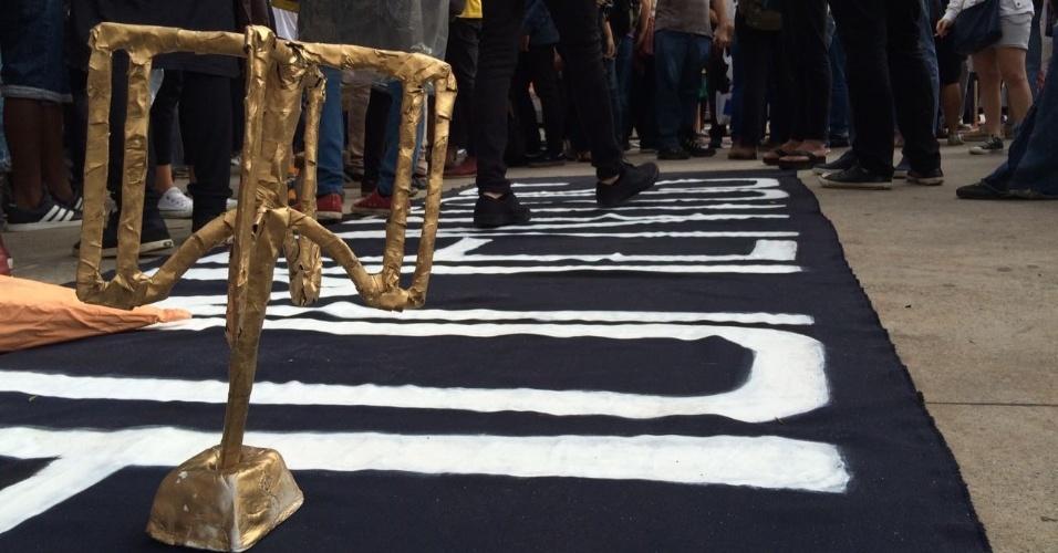 """Os manifestantes pretendem seguir com o protesto até a rua onde mora o prefeito João Doria (PSDB). Lá, esperam entregar ao tucano um """"troféu"""" em formato de catraca"""