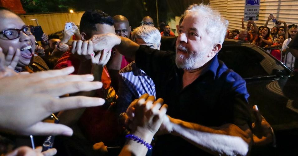 15.mar.2017- O ex-presidente Lula chegou à avenida Paulista, centro de São Paulo, no início da noite desta quarta-feira (15) para participar do protesto contra a reforma da Previdência proposta pelo governo Temer. Lula foi recebido com gritos animados dos manifestantes e grades de ferro foram instaladas para criar uma barreira para que seu carro conseguisse passar pela multidão. O ex-presidente se prepara para discursar