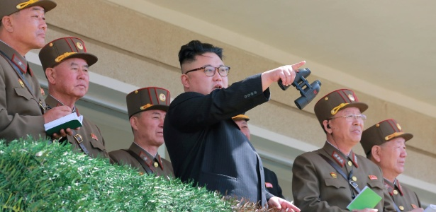 13.abr.2017 - O líder norte-coreano, Kim Jong-un, observa uma competição de tiro ao alvo do Exército da Povo da Coreia