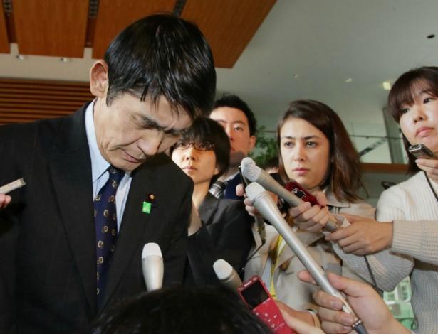 Masahiro Imamura é rodeado por jornalistas depois de pedir demissão do cargo