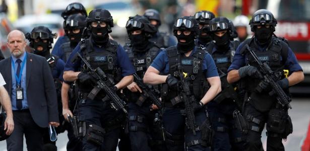 Policiais armados fazem a proteção da área do Borough Market, onde seis pessoas foram mortas em um atentado
