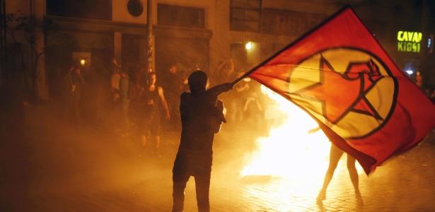 """6.jul.2017 - Manifestantes incendeiam latas de lixo durante protesto intitulado """"Bem-vindos ao Inferno"""", contra a cúpula do G20 em Hamburgo, na Alemanha"""