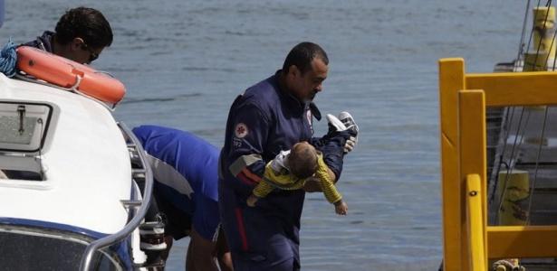 24.ago.2017 - Equipe de resgate retira vítima de naufrágio de uma lancha na Baía de Todos-os-Santos, em Salvador