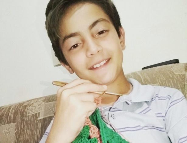 Júnior Silva, 12 anos, faz sucesso com vídeos nas redes sociais em que ensina crochê