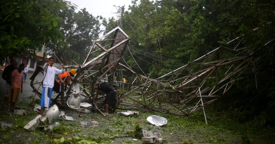 7.set.2017 - Moradores tentam remover poste de iluminação que caiu após a passagem do furacão Irma em Puerto Plata, na República Dominicana