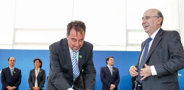 Gilberto Occhi (esq.) ao tomar posse no cargo de Presidente da Caixa Econômica Federal ao lado do ministro Henrique Meirelles
