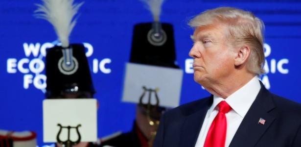 O presidente dos EUA, Donald Trump, ouve fanfarra no palco antes de seu discurso no Fórum Econômico Mundial, em Davos, Suíça