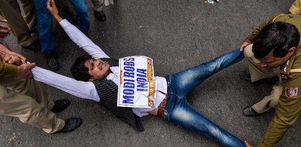 Manifestante participa de protesto contra o bilionário Nirav Modi, em Nova Déli