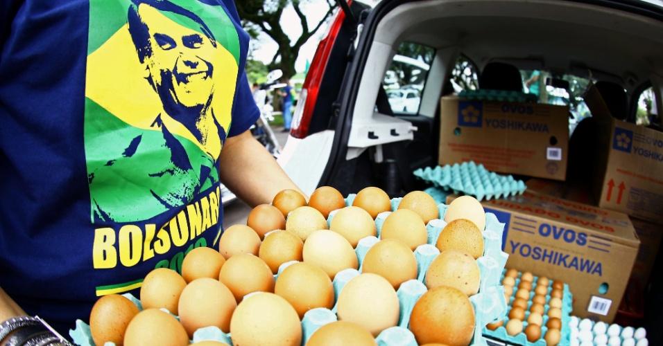 28.mar.2018 - Manifestante com camiseta em apoio a Jair Bolsonaro (PSL-RJ) segura ovos que seriam usados contra caravana de Lula (PT) em Curitiba