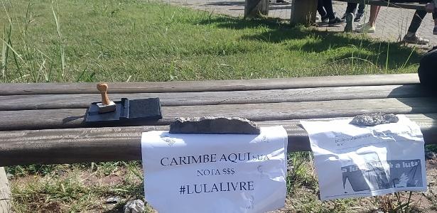 O grupo deixou um carimbo disponível e colou cartazes em um banco no campus