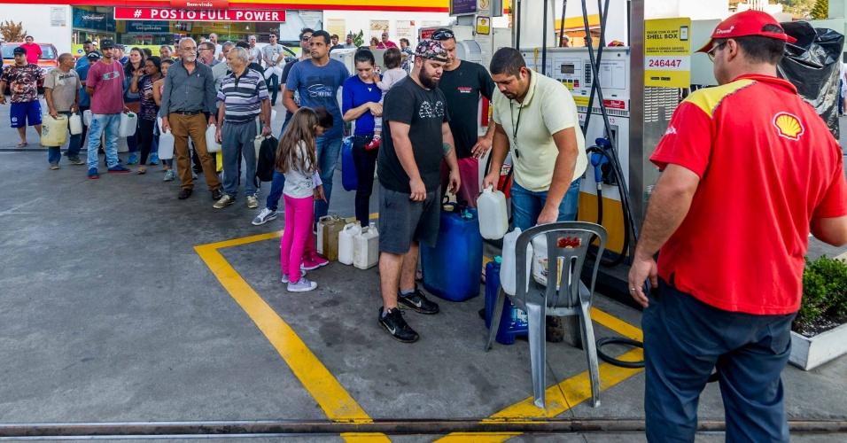 30.mai.2018 - Mesmo com a proibição para uso de galões, pessoas compram gasolina em posto de Porto Alegre (RS)