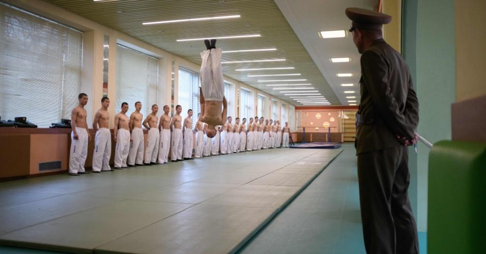 10.abr.2018 - Aula de Taekwondo, arte marcial coreana, na escola Revolucionária Mangyongdae. A instituição foi inicialmente fundada para educar filhos de mortos durante a guerra contra o Japão