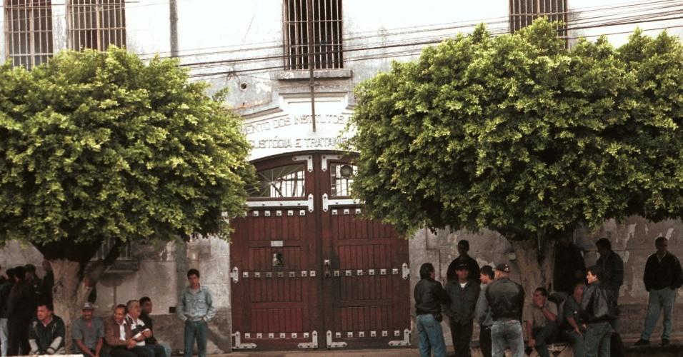 23.ago.2018 - Fachada da Casa de Custódia de Taubaté (SP), em dezembro de 2000