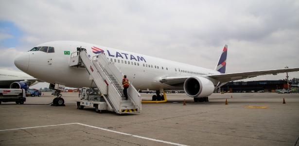 6.mai.2017 - Avião da Latam na pista do aeroporto de Cumbica, em Guarulhos - Amanda Perobelli/UOL