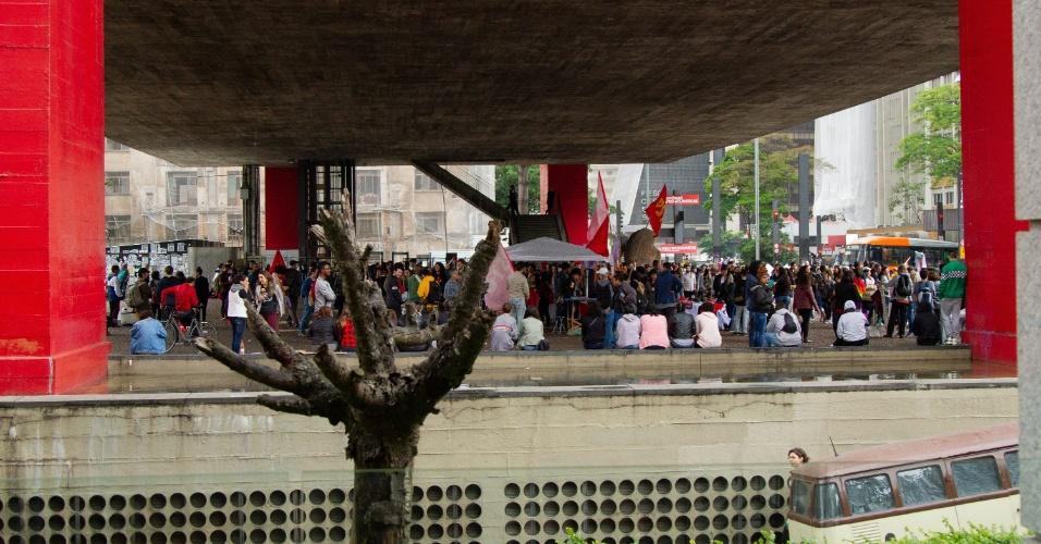 Manifestantes e integrantes de movimentos coletivos e sociais participam do segundo protesto contra o candidato à Presidência, Jair Bolsonaro (PSL), às vésperas do primeiro turno das Eleições 2018, na Avenida Paulista, centro da capital, na tarde desse sábado (06)