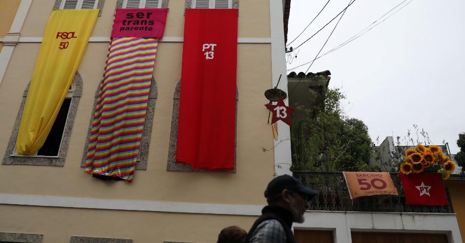 No Rio de Janeiro, moradores passam por casa decorada com bandeiras do PSOL e PT