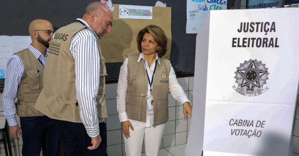 28.out.2018 - Ex-presidente da Costa Rica, Laura Chinchilla, chefe da Organização dos Estados Americanos, em Missão de Observação Eleitoral nas eleições brasileiras, visita a uma mesa de voto em Brasília