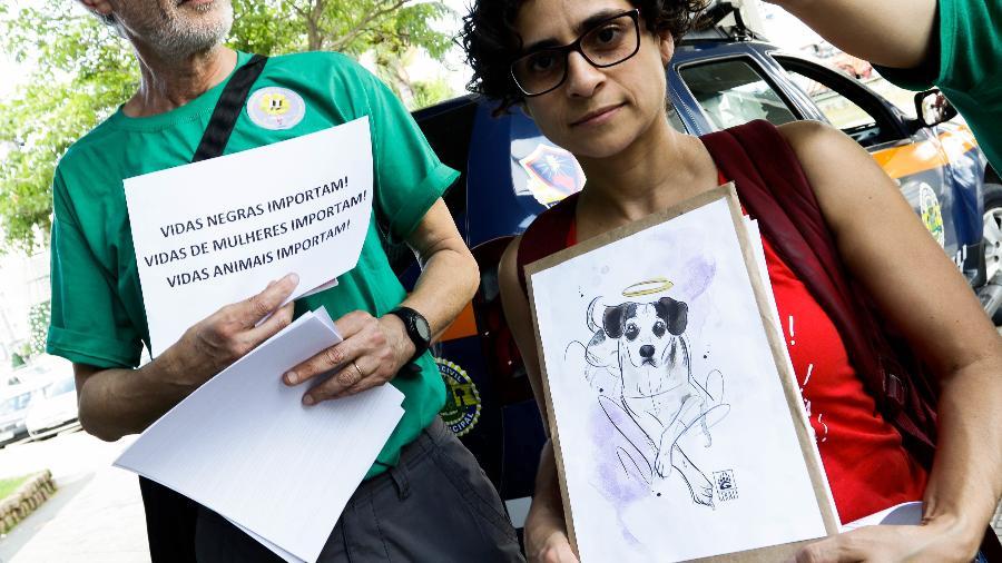 4.dez.2018 - Manifestantes protestam em frente a uma loja do Carrefour, em Osasco, onde um cachorro teria sido morto por um dos seguranças do mercado - ALOISIO MAURICIO/FOTOARENA/FOTOARENA/ESTADÃO CONTEÚDO