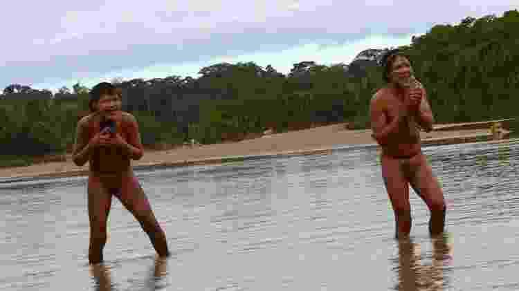 Membros do povo Tsapanawa durante seu primeiro contato com o mundo exterior, quando visitaram a aldeia Simpatia, do povo indígena Ashaninka, no Acre - Funai - Funai
