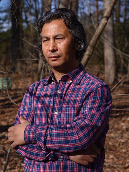 Tahir Hamut, um uighur que teve o sangue colhido pela polícia chinesa em Xinjiang, em sua casa na Virgínia (EUA) - Kate Warren/The New York Times