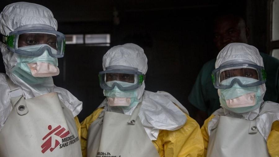Equipe médica vestida com equipamento de proteção antes de entrar em uma área de isolamento em um centro de tratamento de ebola em Goma - Getty Images
