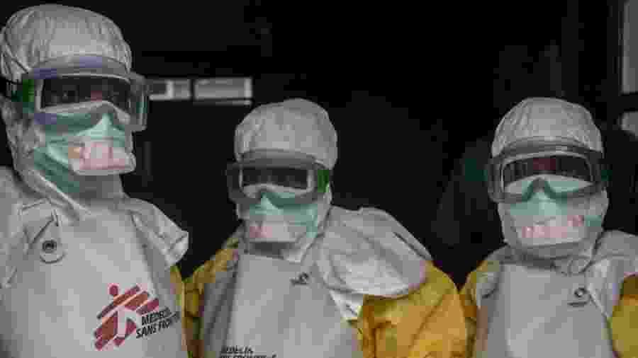 Equipe médica com equipamento de proteção antes de entrar em área de centro de tratamento de ebola em Goma - Getty Images
