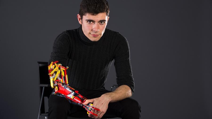 David Aguilar com um de seus modelos de prótese - Pau Fabregat/National Géographic