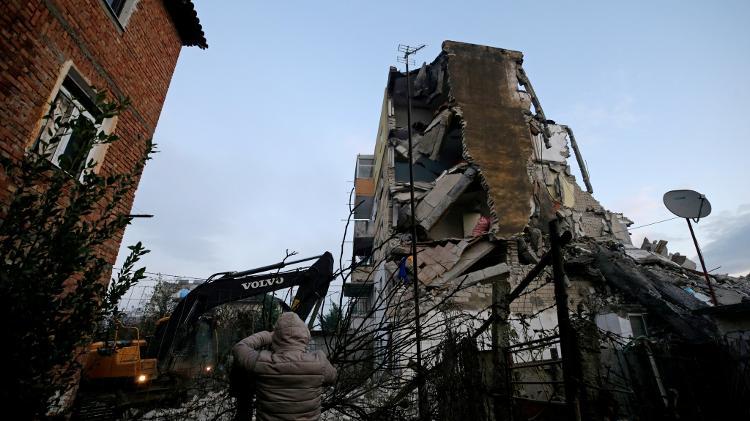 Prédio fica destruído em Thumane, na Albânia, após um terremoto  - Florion Goga/Reuters