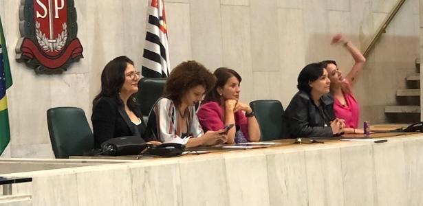 Protesto   Deputadas do PSOL e do PT ocupam cadeiras da presidência da Alesp