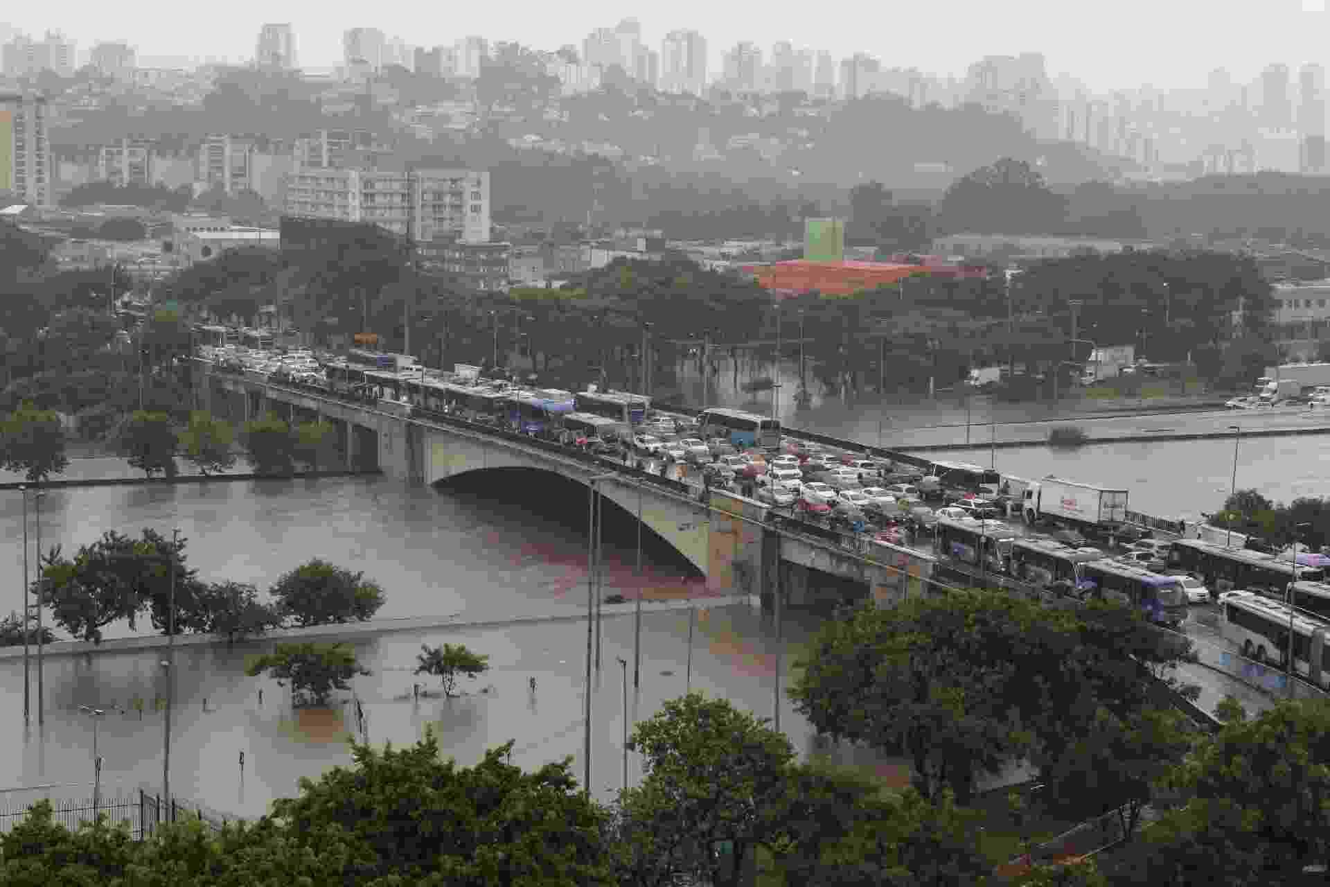 Alagamento e trânsito na região na Marginal Tietê, na Ponte da Casa Verde - ROMERITO PONTES/FUTURA PRESS/FUTURA PRESS/ESTADÃO CONTEÚDO